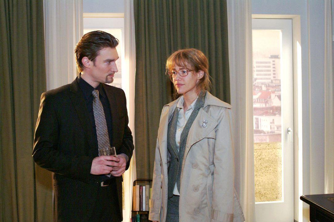 Lisa (Alexandra Neldel, r.) schlägt Richard (Karim Köster, l.) ein Geschäft vor. Wenn er das Versteck von David preisgibt, überlässt sie ihm ihre An... - Bildquelle: Monika Schürle Sat.1