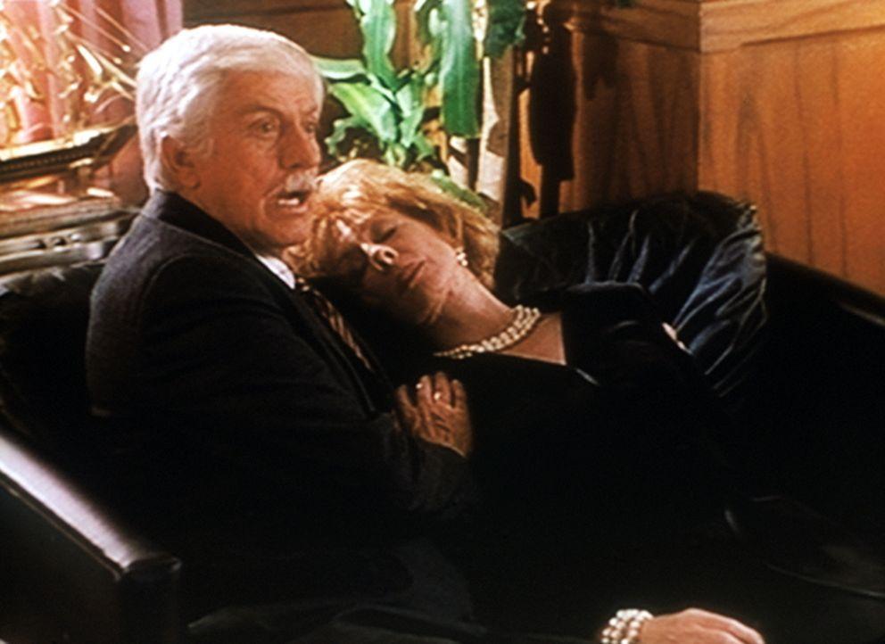 Mark (Dick Van Dyke, l.) kümmert sich um Bea Michaels (Christina Pickles, r.), die ohnmächtig geworden ist ... - Bildquelle: Viacom