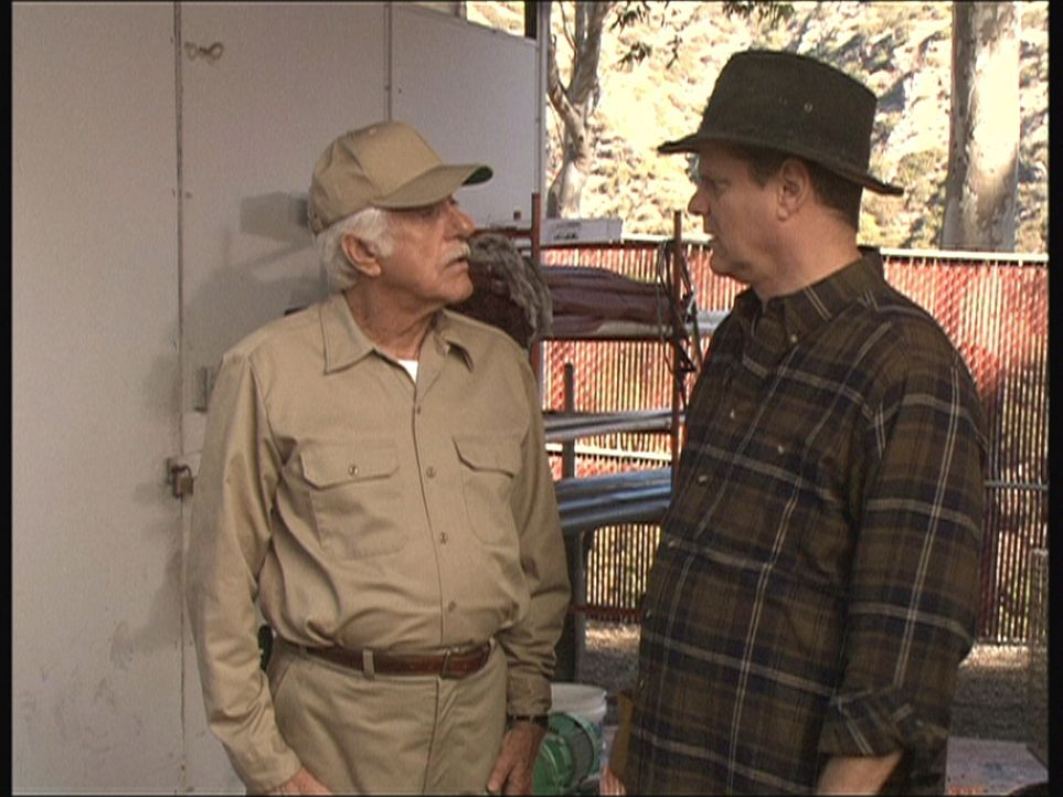 Als Gärtner getarnt kümmert sich Mark (Dick Van Dyke, l.) um einen auffälligen Besucher. - Bildquelle: Viacom