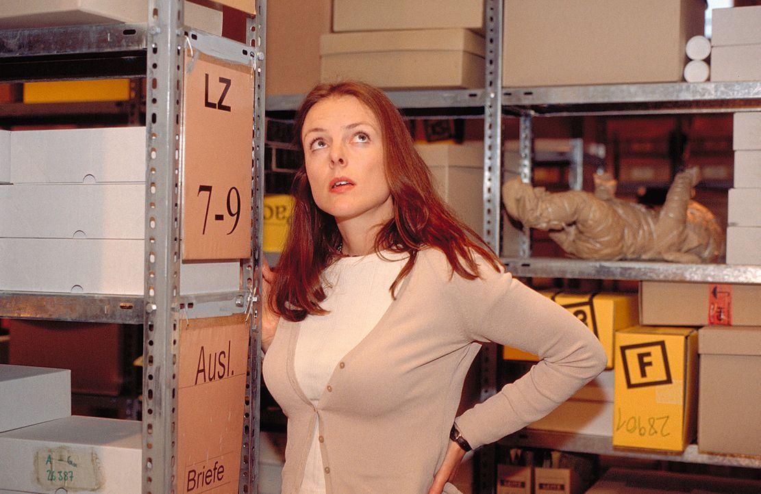 """Um die Unternehmensberatung von der Notwendigkeit eines """"Dead Letters Office"""" zu überzeugen, macht sich Jenny (Annika Pages) auf die Suche nach den... - Bildquelle: Mühle ProSieben"""
