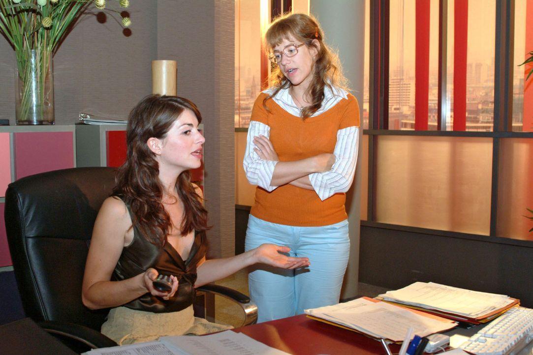 Mariella (Bianca Hein, l.) und Lisa (Alexandra Neldel, r.) sind sich einig, dass man jetzt trotz aller Aufregung um Richard zum Tagesgeschäft überge... - Bildquelle: Monika Schürle Sat.1