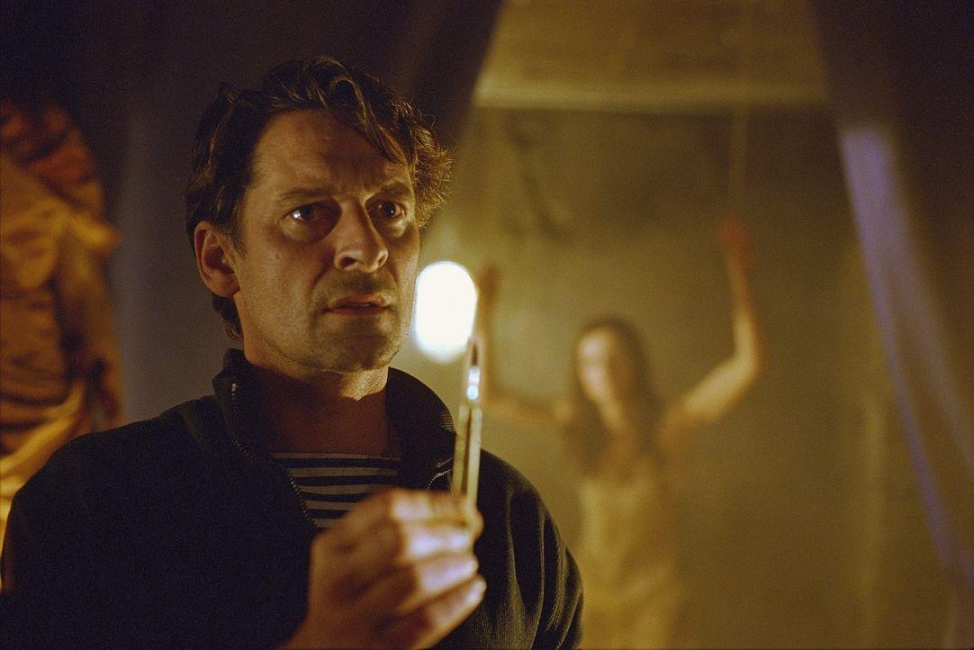 Leon (Max Tidof) hält eine Frau gefesselt an der Wand gefangen. Ellen soll die Letzte sein, um sein perverses Werk zu beenden. - Bildquelle: Norbert Kuhroeber Sat.1