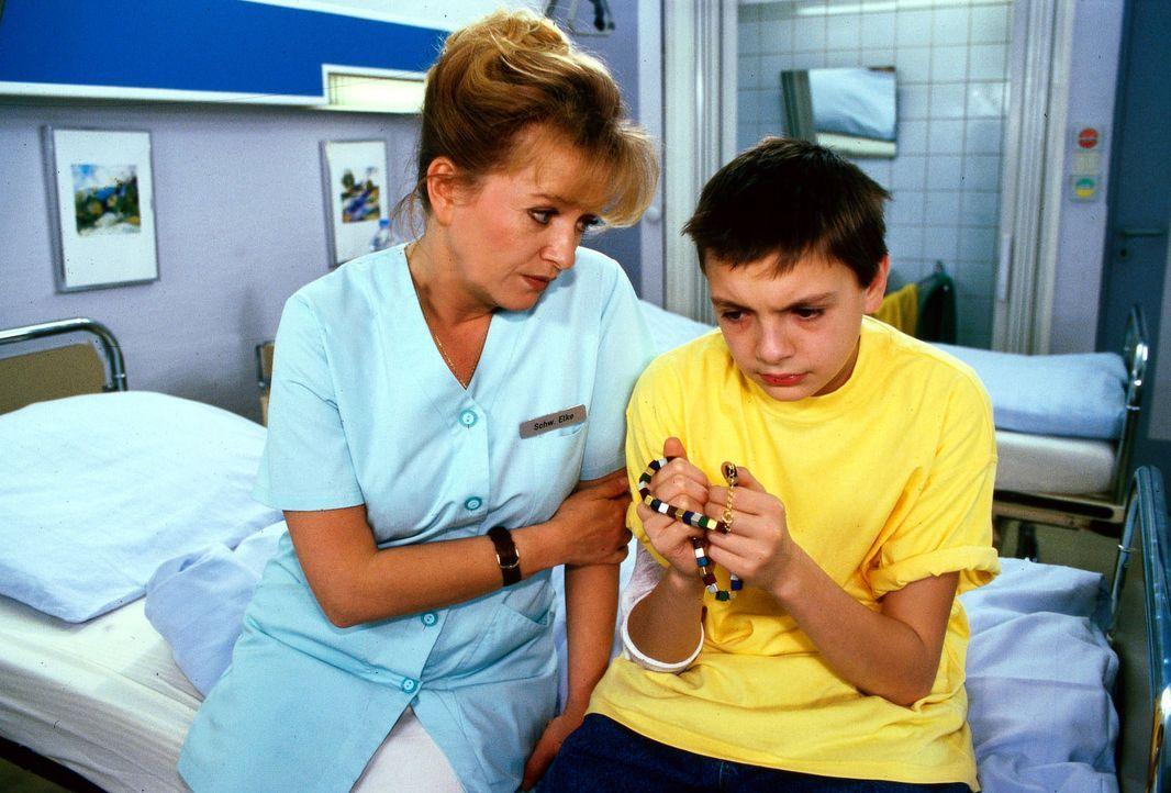 Schwester Elke (Ulrike Mai, l.) kümmert sich um den völlig verstörten Serge (Michael Paderin, r.). Er klammert sich an die Kette seiner Mutter, die... - Bildquelle: Noreen Flynn Sat.1