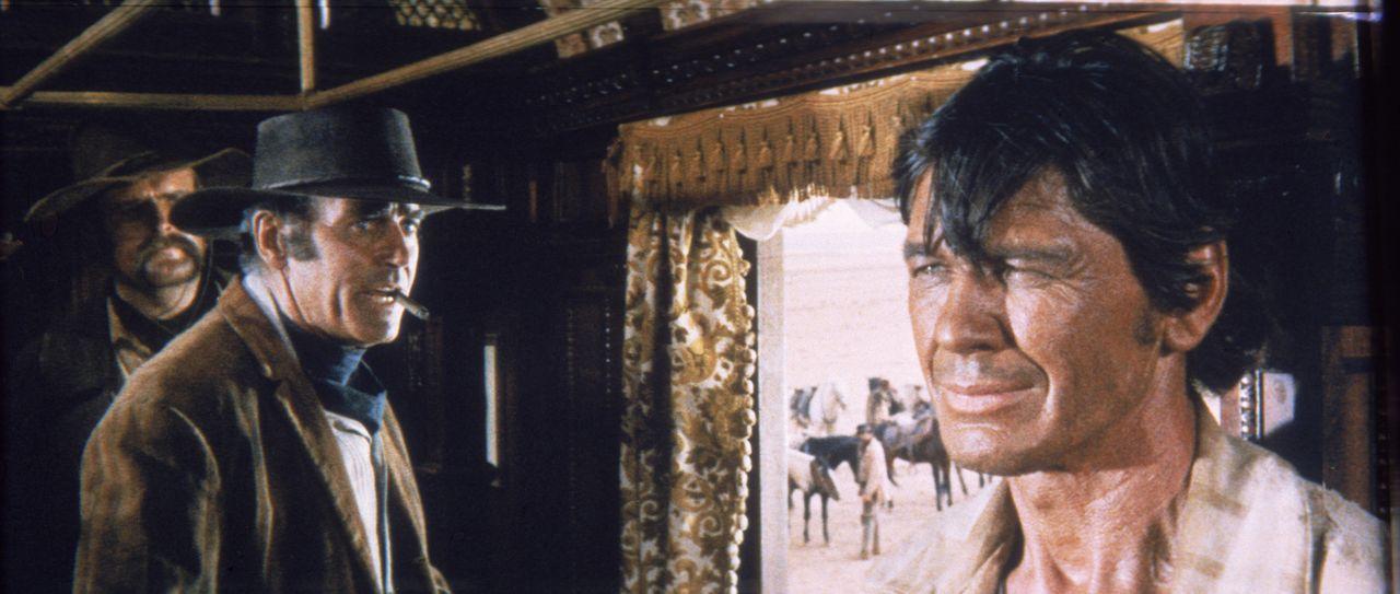 Der geheimnisvolle Mundharmonikaspieler (Charles Bronson, r.) und der eiskalte Killer Frank (Henry Fonda, M.) sind nicht gerade die besten Freunde ... - Bildquelle: TM &   2003 by Paramount Pictures Corporation. All rights reserved
