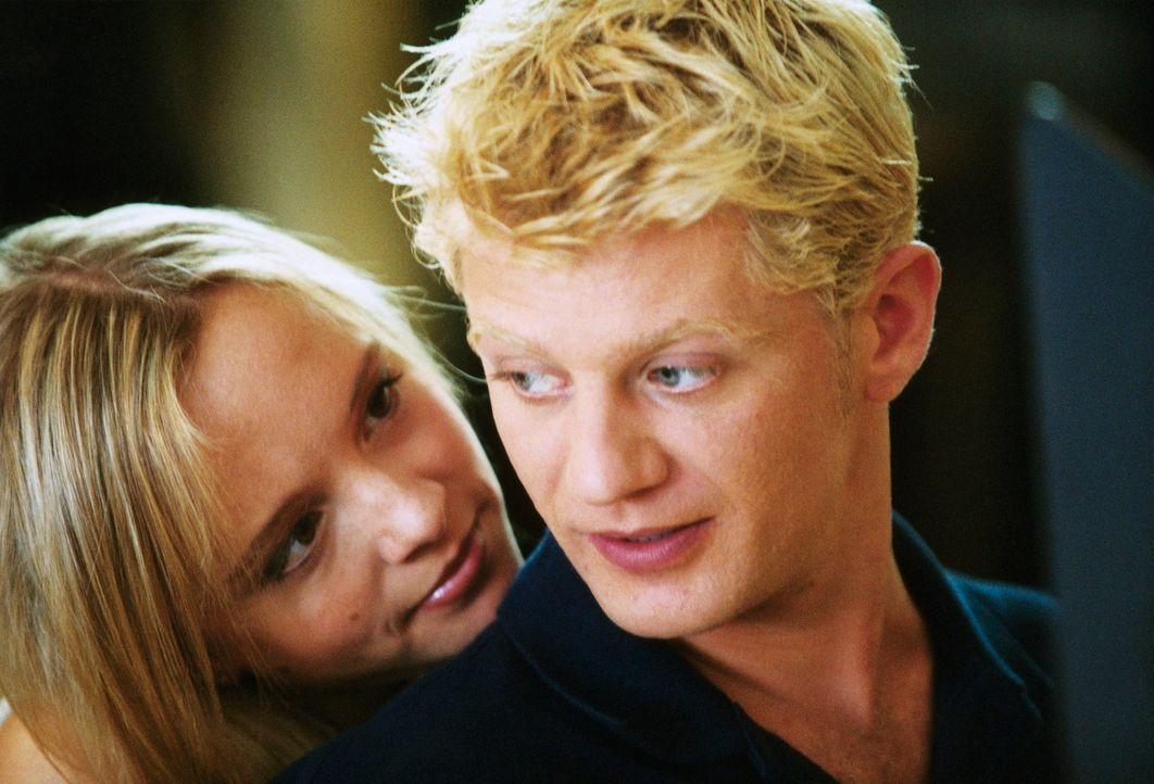 Kaum hat Lukas (Andreas Guenther, r.) die exklusive Evelyn (Johanna Klante, l.) kennen gelernt, verliebt er sich in sie. Doch dies muss er teuer bez... - Bildquelle: Erika Hauri ProSieben