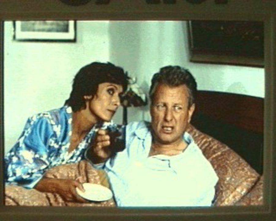 Gerade als die Hochzeitsvorbereitungen starten, läuft scheinbar alles schief: Der Bergdoktor (Gerhart Lippert, r.) und Sabina (Anita Zagaria, l.) ... - Bildquelle: Ewald Wenck SAT.1