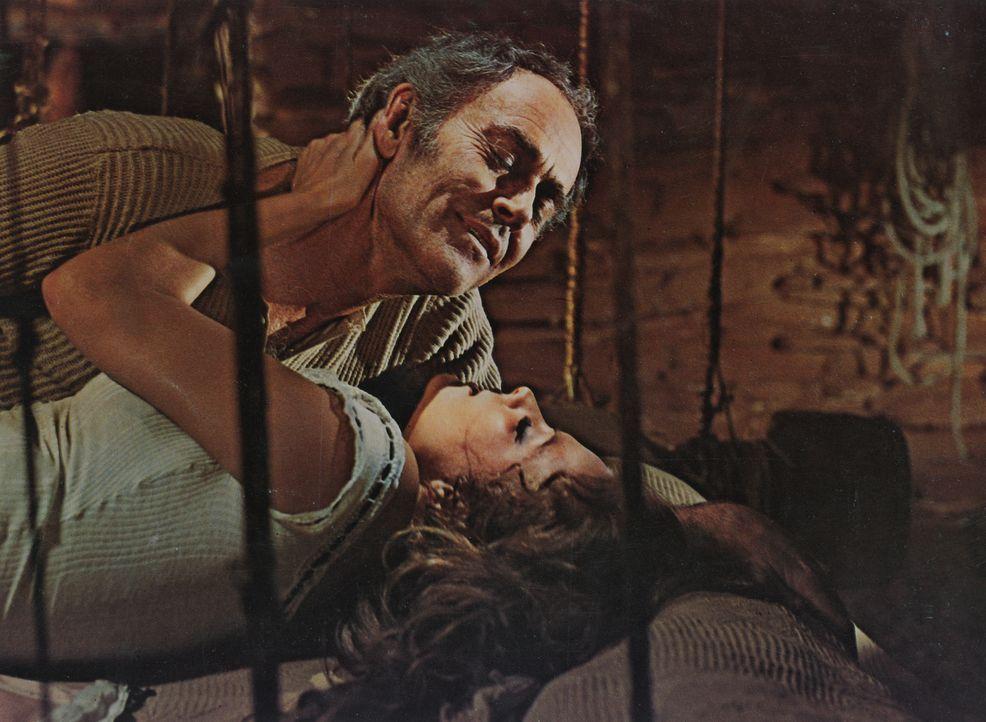 Die junge Witwe Jill (Claudia Cardinale, unten) ist wieder auf Freiersfüßen und verfällt dem Charme von Frank (Henry Fonda, oben) ... - Bildquelle: TM &   2003 by Paramount Pictures Corporation. All rights reserved
