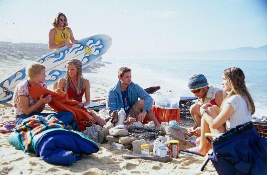 Nachdem Nina (Mira Bartuschek, l.) von Ralph (Brendan Kilcawley, M.) vor dem Ertrinken gerettet wurde, ruht sie sich in der Surferkommune aus. - Bildquelle: Boris Guderjahn Sat.1
