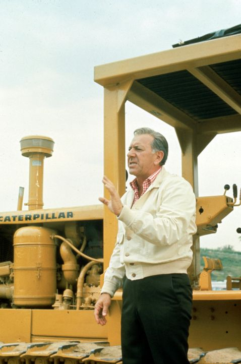 Auf dem Campus wird ein neues Gebäude gebaut und die Arbeiter stoßen auf Menschenknochen. Quincy (Jack Klugman) sieht sich den Fundort genauer an ? - Bildquelle: Universal Pictures