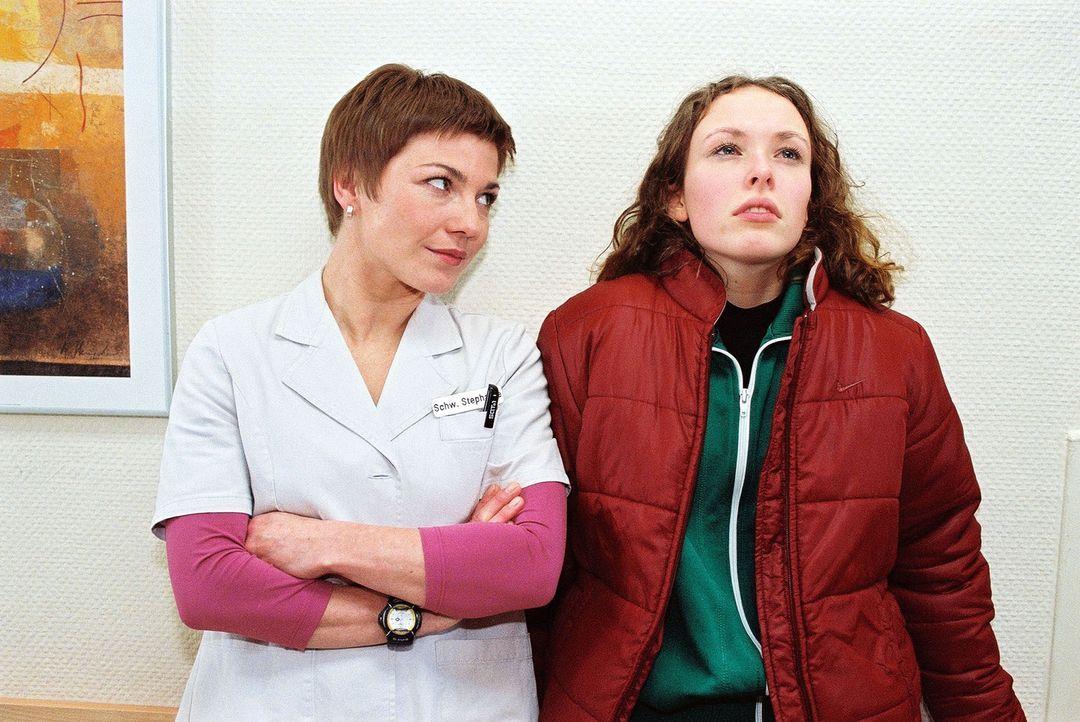Stephanie (Claudia Schmutzler, l.) versucht zu ergründen, warum die 17-jährige Eiskunstläuferin Simone Weiß (Lina Rabea Mohr, r.) an Bulimie leidet.... - Bildquelle: Noreen Flynn Sat.1