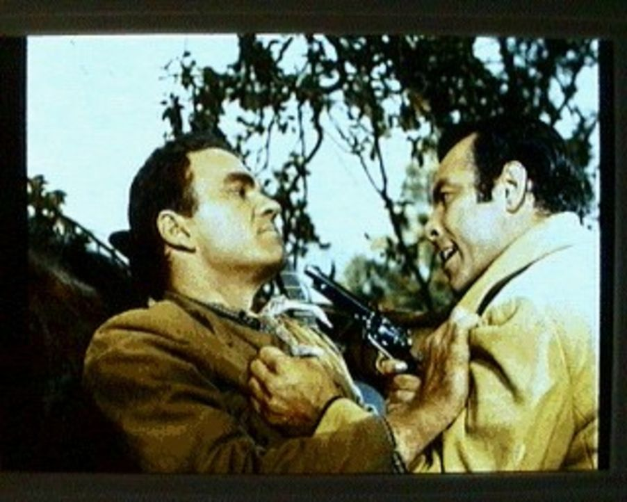 Adam Cartwright (Pernell Roberts, r.) kommt rechtzeitig dazu, als der Landstreicher Howard Mead (Hoyt Axton, l.) einen Farmer überfallen will und hä... - Bildquelle: Paramount Pictures