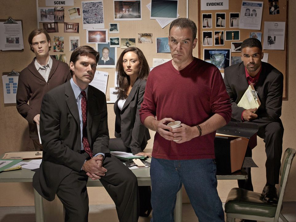 (1. Staffel) - Gemeinsam bringen sie jeden Serientäter zur Strecke: Special Agent Jason Gideon (Mandy Patinkin, 2.v.r.), Special Agent Derek Morgan... - Bildquelle: 2004 Touchstone Television. All rights reserved. NO ARCHIVE. NO RESALE.