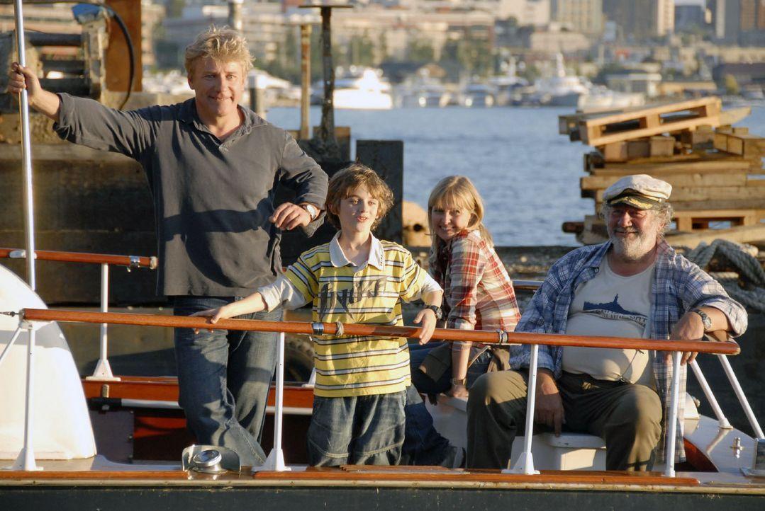 Der neunjährige Oliver (Joel Eisenblätter, 2.v.l.) möchte unbedingt Bill Gates treffen und reist mit seiner Mutter Nika (Katharina Böhm, 2.v.r.) nac... - Bildquelle: Jason Ganwich Sat.1