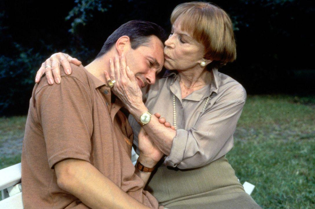 Dr. Stein (Christoph Schobesberger, l.) sucht Trost bei seiner Mutter (Tilly Lauenstein, r.). Als sein Sohn Sebastian schwer verletzt zu ihm ins Kra... - Bildquelle: Noreen Flynn Sat.1