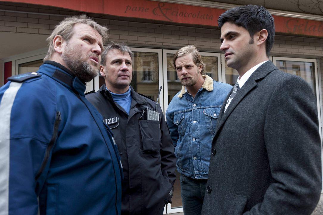 Unglücklicherweise läuft der Streifenpolizist Jochen Naumilkat (Felix Vörtler, l.) Mick (Henning Baum, 2.v.r.) ein zweites Mal über den Weg. Doch au... - Bildquelle: Martin Rottenkolber SAT.1