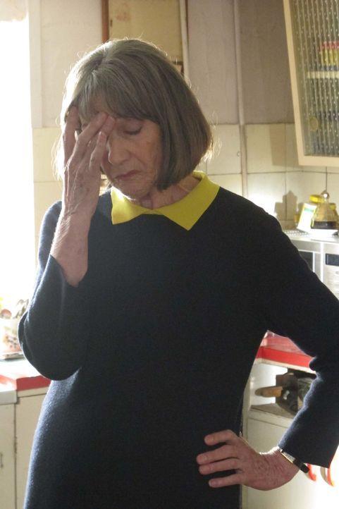 Ein heimlicher Verehrer beunruhigt Ruth (Eileen Atkins). Der Unbekannte hinterlässt eine rote Rose auf ihrer Windschutzscheibe und später sogar eine... - Bildquelle: BUFFALO PICTURES/ITV