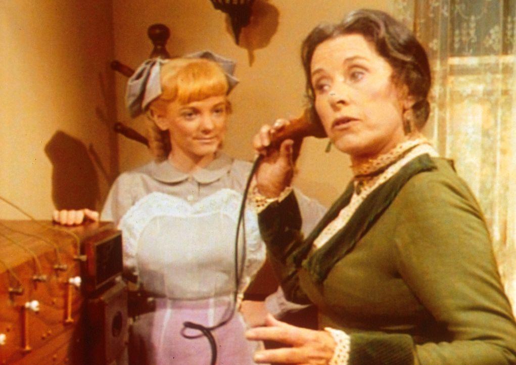 Mrs. Oleson (Katherine MacGregor, r.) hört sämtliche Telefongespräche ab, was ihre Tochter Nellie (Alison Arngrim, l.) inakzeptabel findet. - Bildquelle: Worldvision