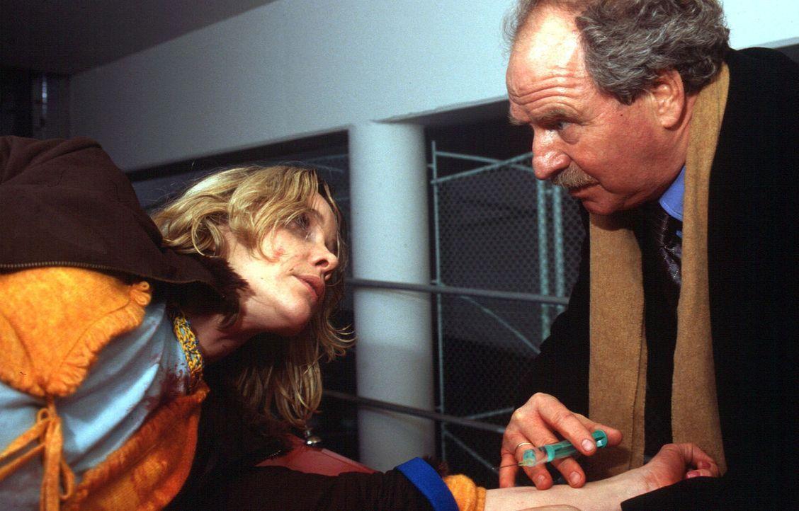 Prof. Riewa (Friedrich von Thun, r.) hat seine flüchtige Patientin Annette (Ann-Kathrin Kramer, l.) gefunden. - Bildquelle: Gordon Mühle Sat.1