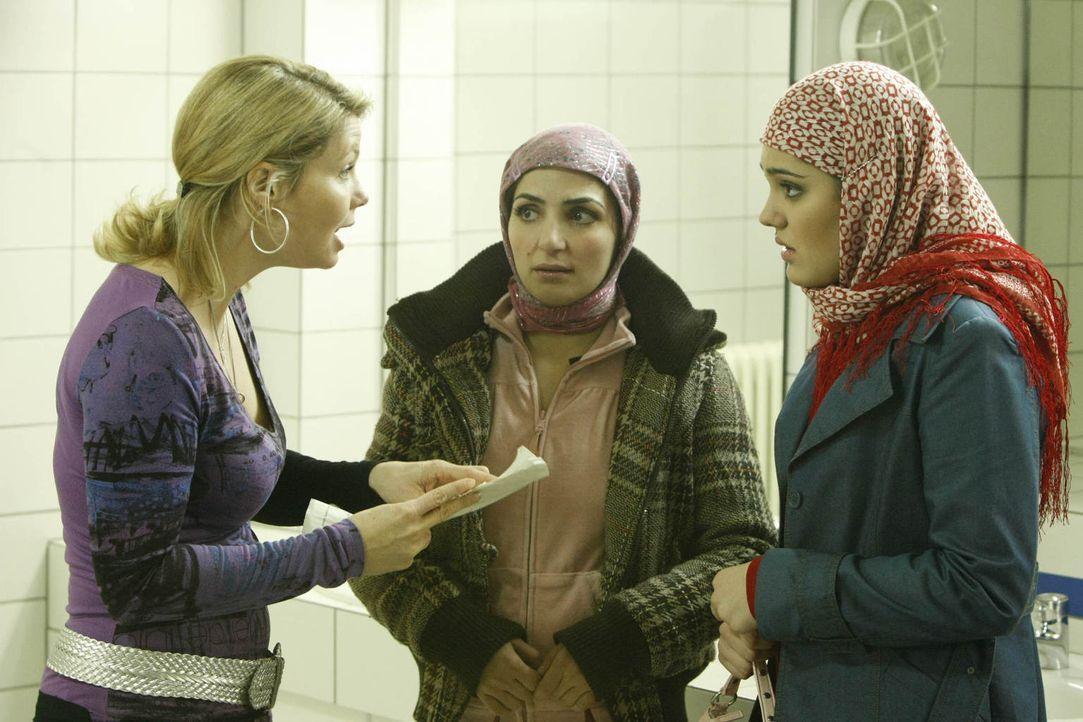 Ein neuer Fall: Zeynep (Nilam Farooq, r.), die von ihren Eltern in die Türkei abgeschoben und dort mit ihrem Cousin verheiraten werden soll, taucht... - Bildquelle: Frank Dicks SAT.1