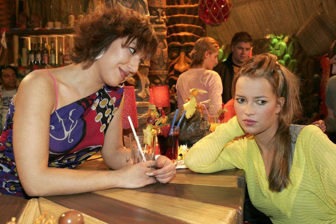 Hannah (Laura Osswald, r.) beklagt sich bei Yvonne (Bärbel Schleker, l.) über Timos und Kims Verhalten. Die durchschaut, dass Hannah ganz offensicht... - Bildquelle: Noreen Flynn Sat.1