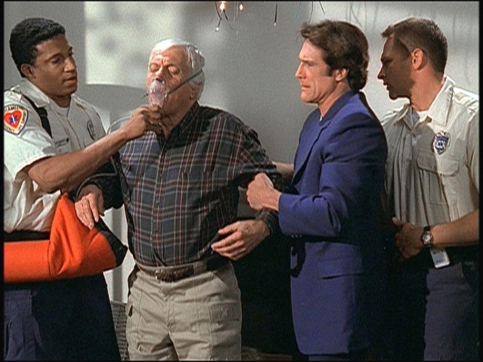 In letzter Minute kann Steve (Barry Van Dyke, 2.v.r.) seinen Vater Mark (Dick Van Dyke, 2.v.l.) aus einem luftdicht verschlossenen Raum retten. - Bildquelle: Viacom