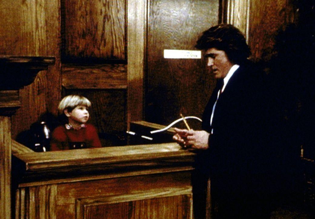 Jonathan (Michael Landon, r.) kann von Matty (Billy O'Sullivan, l.), dem Sohn der gegnerischen Anwälte, Erstaunliches über den Weihnachtsmann erfahr... - Bildquelle: Paramount Pictures