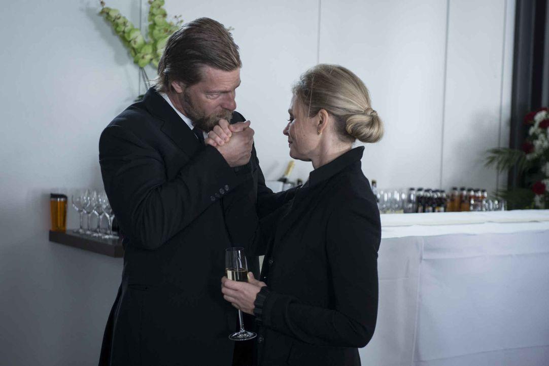 Auf der Beerdigung ihres Mannes kann Mick (Henning Baum, l.) Vera Koller (Susanna Simon, r.) dazu überreden, die Anzeige gegen Andreas zurückzuziehe... - Bildquelle: Martin Rottenkolber SAT.1 / Martin Rottenkolber