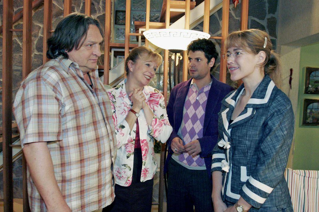Während Helga (Ulrike Mai, 2.v.l.) total gerührt ist, dass Rokko (Manuel Cortez, 2.v.r.) um die Hand von Lisa (Alexandra Neldel, r.) anhält, ist Ber... - Bildquelle: Noreen Flynn Sat.1
