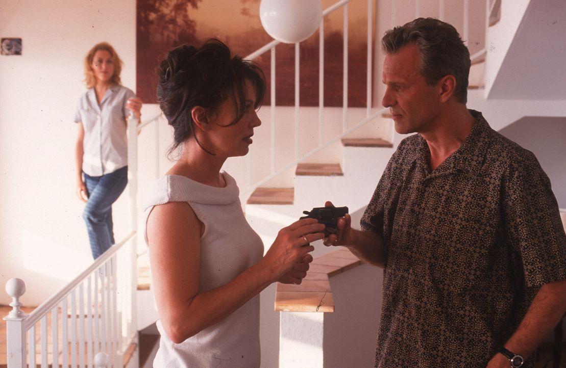Lea (Iris Berben, M.) fühlt sich bedroht und lässt sich von Til (Peter Sattmann, r.) und seiner Frau Sonja (Gruschenka Stevens, l.) eine Pistole geb... - Bildquelle: Thomas Müller Sat.1
