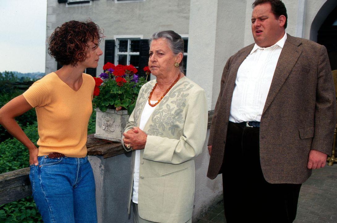 Nicole Posche (Karina Thayenthal, l.) ist sicher, dass Anwalt Rennmann das Geschäft ihrer Tante Marthe (Maria Singer, M.) in den Ruin treiben will.... - Bildquelle: Magdalena Mate Sat.1