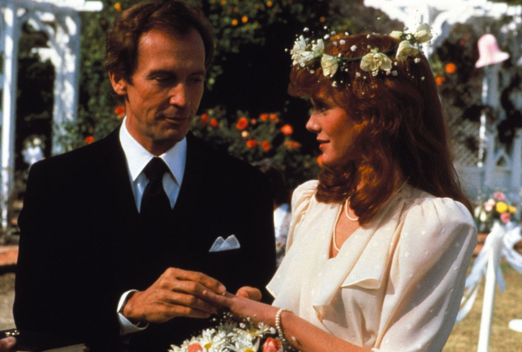 (2. Staffel) - Der schönste Tag im Leben von Vickie (Rose Jamie, r.) und Nick Hogan (Roy Thinnes, l.) beginnt. Doch ihr Glück ist nur von kurzer Dau... - Bildquelle: Warner Brothers