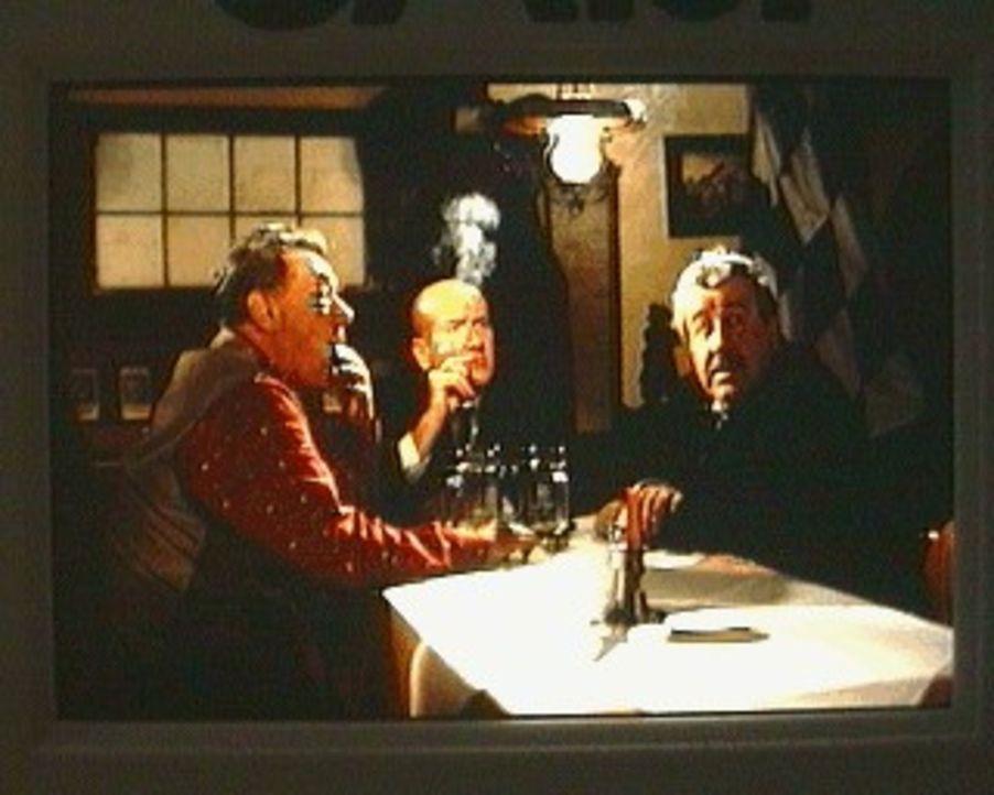 Fast wie in alten Zeiten sitzen der Gruber Michael (Gerhard Riedmann. l.), Pater Tobias (Udo Thomer, M.) und der Moosburger (Willy Harlander, r.) wi... - Bildquelle: Sat.1