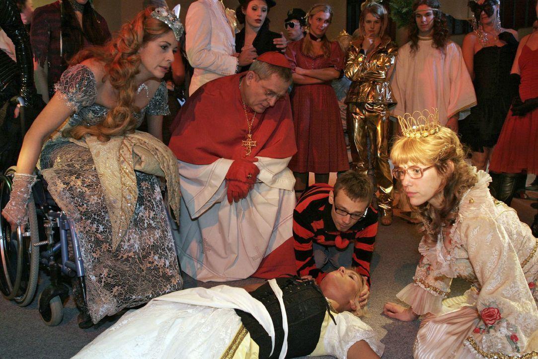 Schockiert über Richards Untat versuchen die Gäste des Kostümballs der am Boden liegenden Sabrina zu helfen ... vorne v.l.n.r.: Laura (Olivia Pascal... - Bildquelle: Noreen Flynn Sat.1