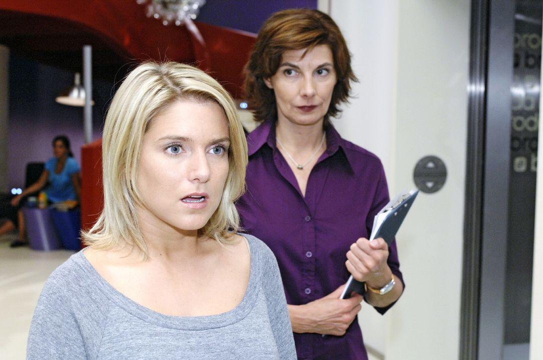 Anna ist entsetzt, als sie von Jonas harsch angefahren wird... v.l.n.r.: Anna (Jeanette Biedermann), Steffi (Karin Kienzer) - Bildquelle: Oliver Ziebe Sat.1