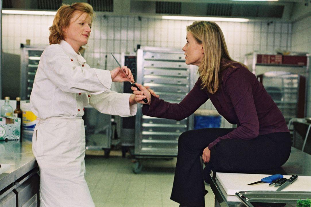 Jette (Barbara Rudnik, r.) sorgt sich um ihren Sohn. Doro (Nina Petri, l.) steht ihrer Freundin bei. - Bildquelle: Krumwiede Sat.1