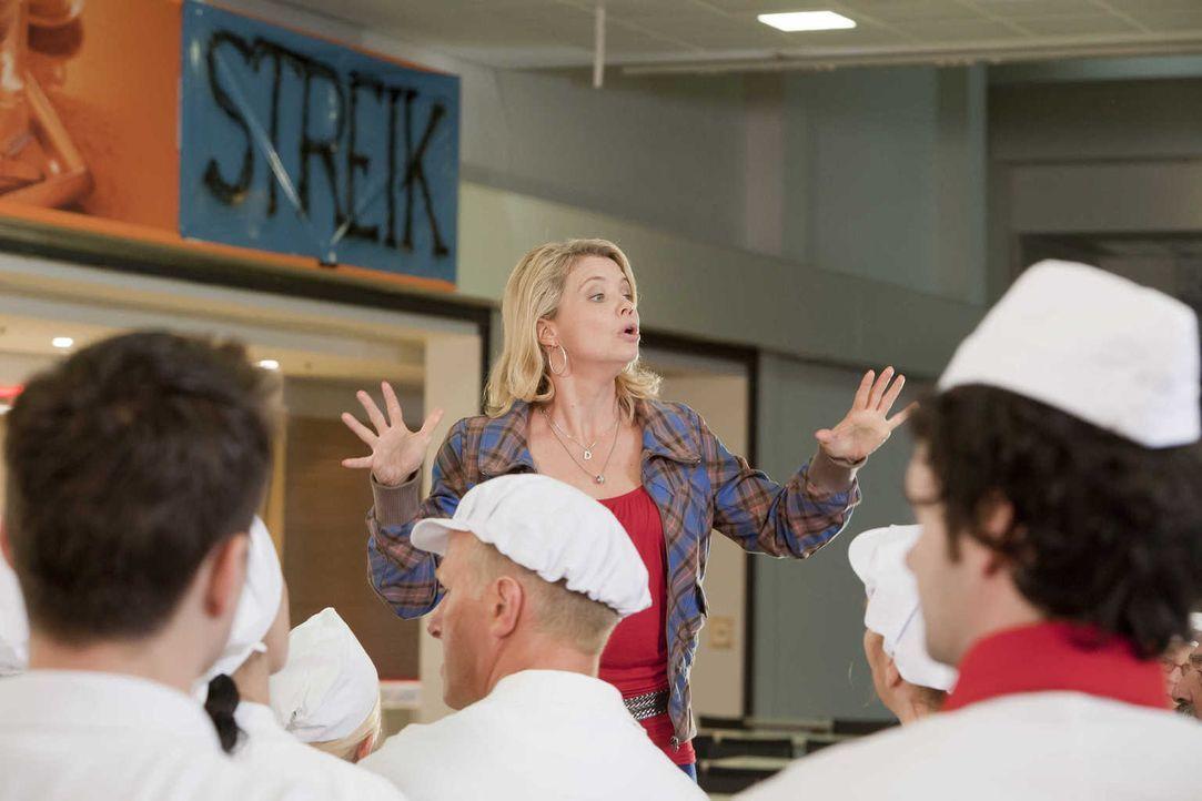 Um ihrem Mandanten zu helfen, legt sich Danni (Annette Frier, M.) mächtig ins Zeug ... - Bildquelle: Frank Dicks SAT.1