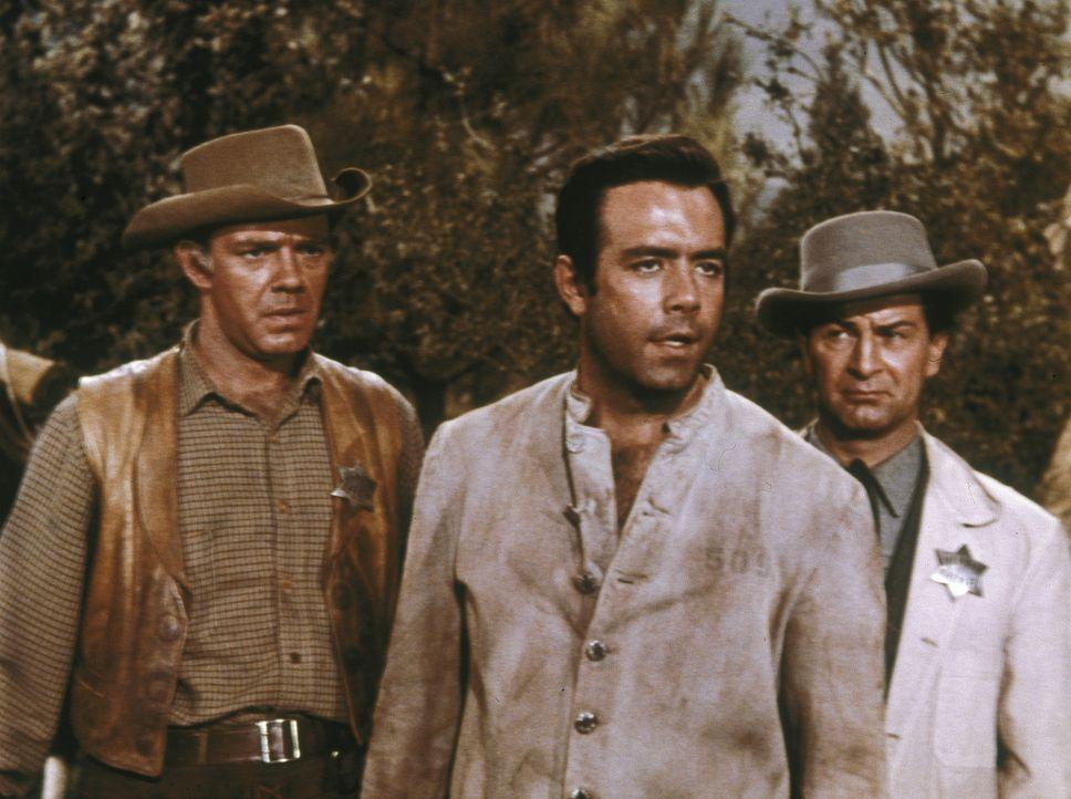 Nachdem Adam (Pernell Roberts, M.) nach seiner Geiselnahme wenig später von einem Suchtrupp gefunden wird, hält dieser ihn für einen der Banditen. A... - Bildquelle: Paramount Pictures