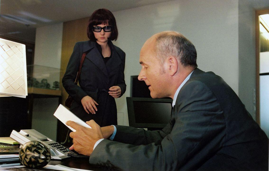 Kamilla (Katja Studt, l.) versucht Dr. Höhn (Klaus Schindler, r.), den Chef einer Baufirma, zu erpressen. - Bildquelle: Claudius Pflug Sat.1