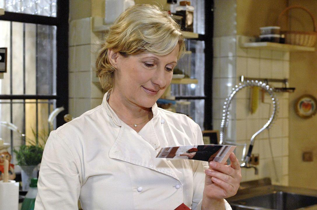 Susanne (Heike Jonca) ist gerührt, als sie Armins Brief öffnet. - Bildquelle: Oliver Ziebe Sat.1