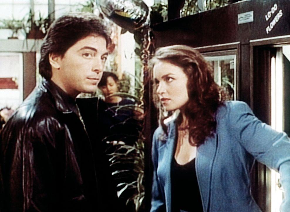 Dr. Jack Stewart (Scott Baio, l.) bittet seine Exfreundin Josie (Kristen Cloke) um Hilfe. - Bildquelle: Viacom