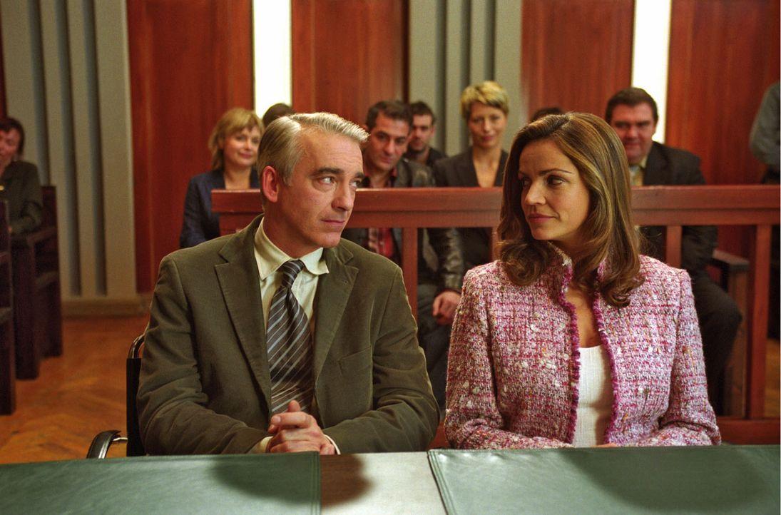 Felix (Christoph M. Ohrt, l.) und Sandra (Rebecca Immanuel, r.) vor Gericht: Ob sie heil aus der Sache herauskommen? Auch die Freunde und Kollegen B... - Bildquelle: Hardy Spitz Sat.1