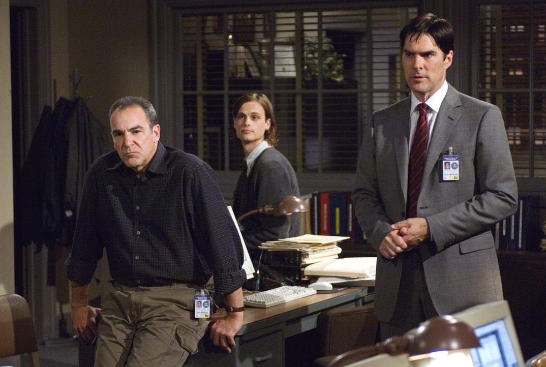 Versuchen einen Serienmörder zu stoppen: Hotch (Thomas Gibson, r.), Reid (Matthew Gray Gubler, M.) und Gideon (Mandy Patinkin, l.) ... - Bildquelle: Randy Tepper 2007 ABC Television Studio. All rights reserved. NO ARCHIVE. NO RESALE. / Randy Tepper
