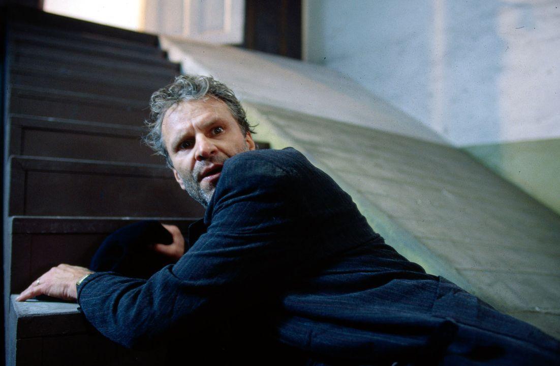 Der entführte Politiker Peter Sommer (Peter Sattmann) versucht aus seinem Gefängnis zu fliehen ... - Bildquelle: Thorsten Jander Sat.1