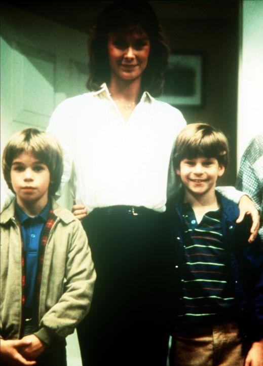 Amanda King (Kate Jackson, M.) ist nicht nur Geheimdienst-Agentin, sondern auch die stolze Mutter von Jamie (Gregory Morton, l.) und Phillip (Paul S... - Bildquelle: CBS Television