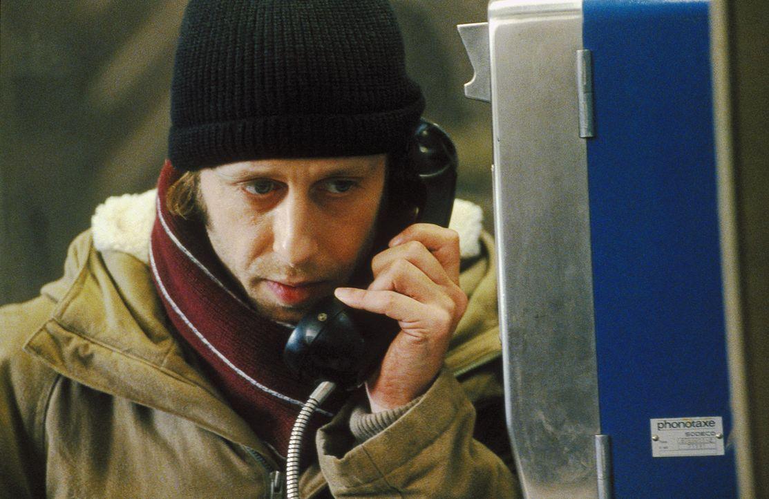 Um die Unbekannte auf den Fotos ausfindig machen zu können, lässt Lenny (Oliver Korittke) nichts unversucht. Endlich stößt er auf eine erste ernst z... - Bildquelle: Jiri Hanzl ProSieben