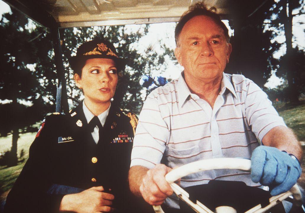 Im Golfcar unterwegs, obwohl sie ganz andere Sorgen haben: Major Sally McGill (Suzanne Lederer, l.) und General Garrett (Michael Currie, r.) ...