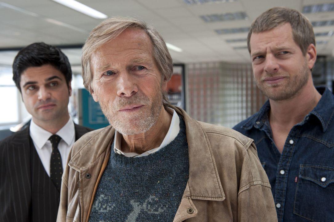 Für Mick (Henning Baum, r.) ist er ein unschuldiger alter Mann, für Andreas (Maximilian Grill, l.) hingegen ist Hannes Kampeter (Horst Janson, M.) e... - Bildquelle: Martin Rottenkolber SAT.1 / Martin Rottenkolber