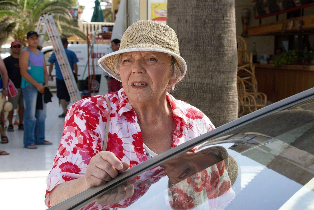 Resi (Ruth Drexel) - immer noch auf Mallorca - trifft zufällig Rambolds Freundin Hasi, die auf der Insel ein Restaurantprojekt betreut. - Bildquelle: sat.1