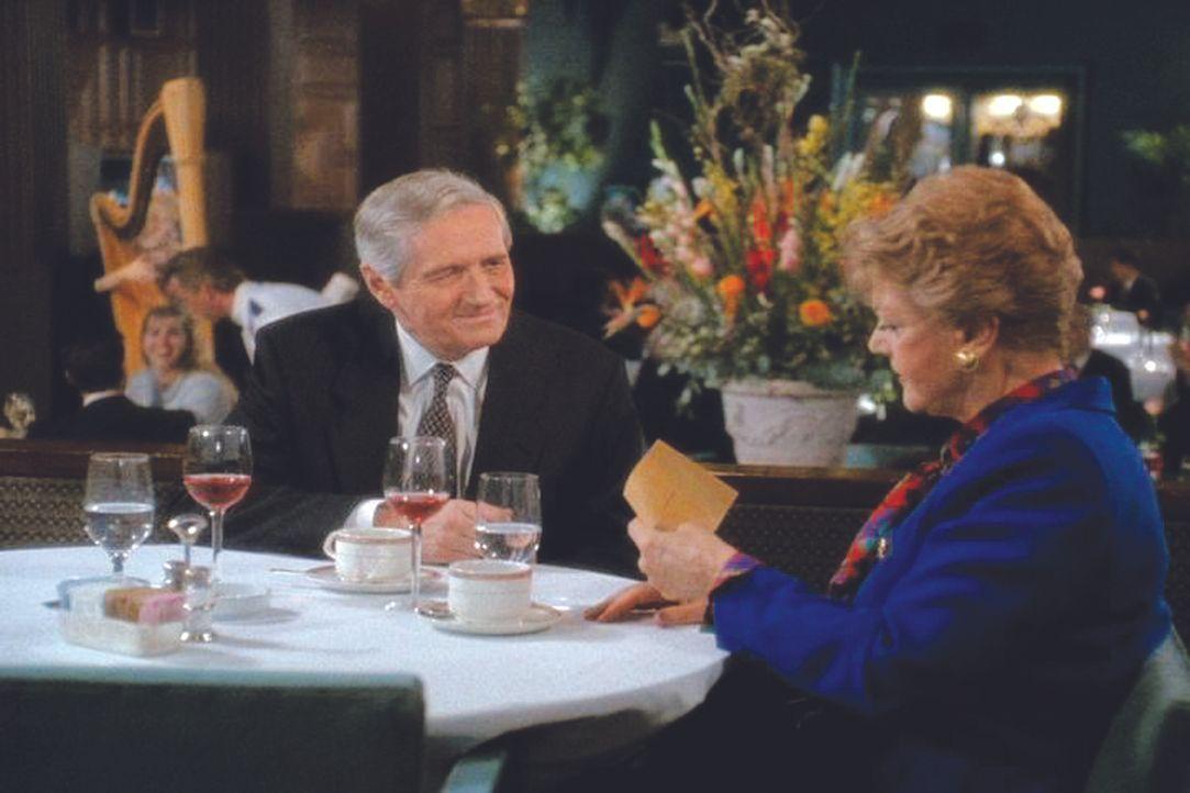 Jessica (Angela Lansbury, r.) ist erstaunt zu hören, dass ihr früherer Verlege Preston Giles (Arthur Hill, l.) auf Bewährung entlassen wurde. Giles... - Bildquelle: Universal Pictures