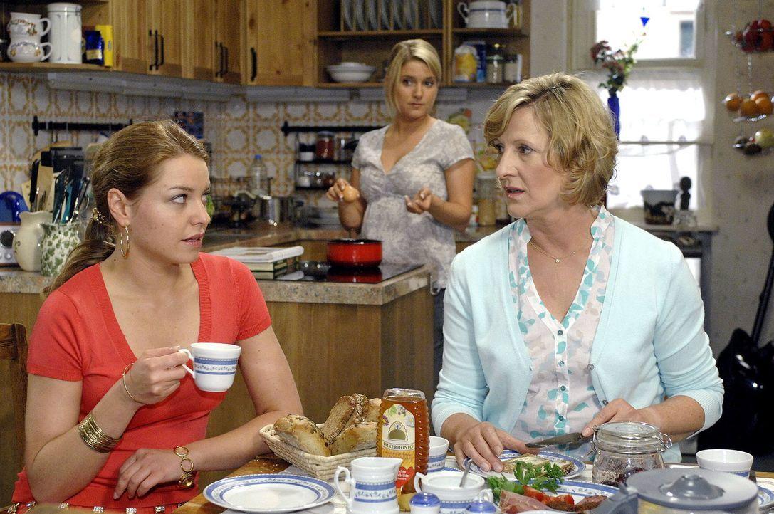 Im Gegensatz zu Katja (Karolina Lodyga, l.) reagiert Anna (Jeanette Biedermann, M.) betroffen, als ihre Mutter (Heike Jonca, r.) erklärt, zum alten... - Bildquelle: Oliver Ziebe Sat.1